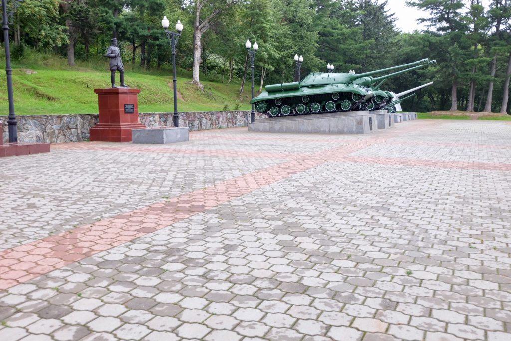 樺太神社跡の銅像と戦車