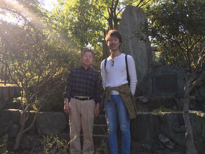 北方異民族慰霊碑で記念撮影