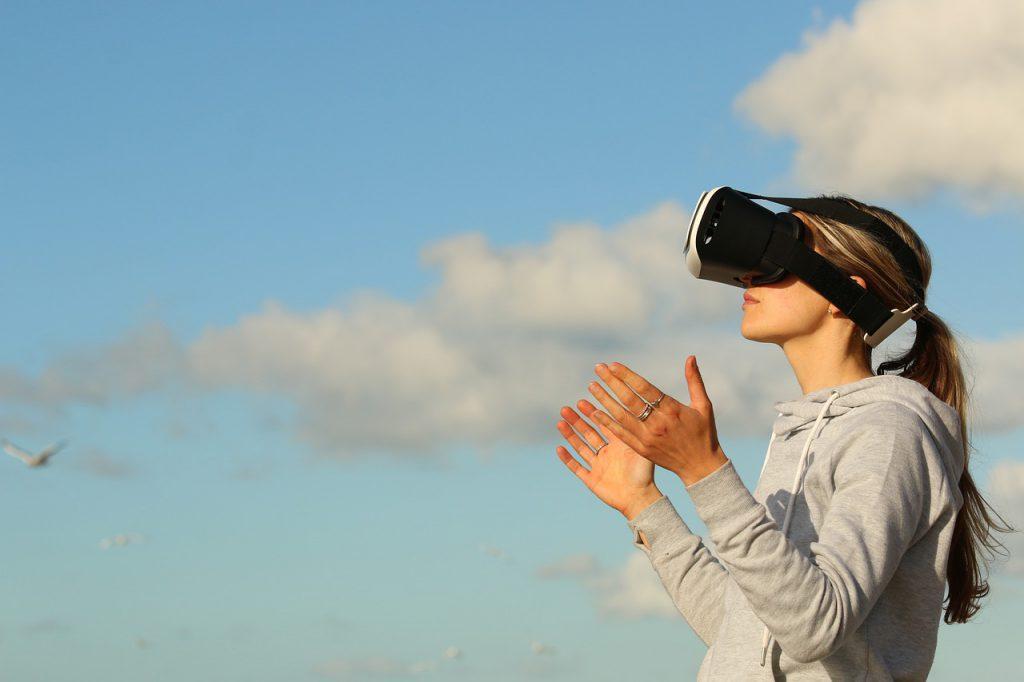 VRゲームしている人