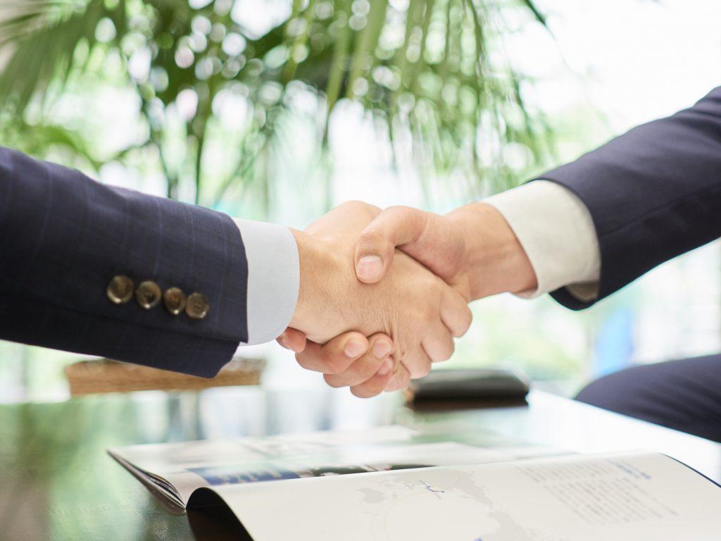 職場で握手