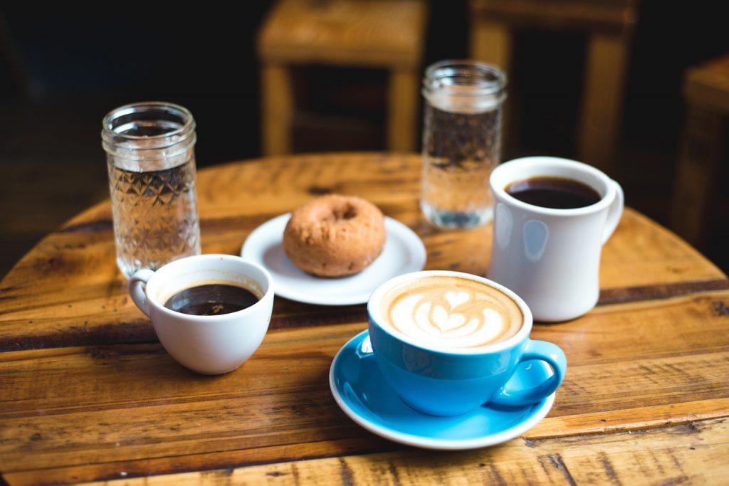 カフェでお茶している
