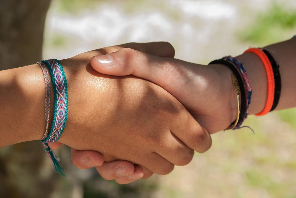 友達と握手